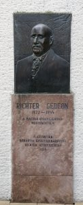 A Richter Gedeon emléktábla Gyöngyösön