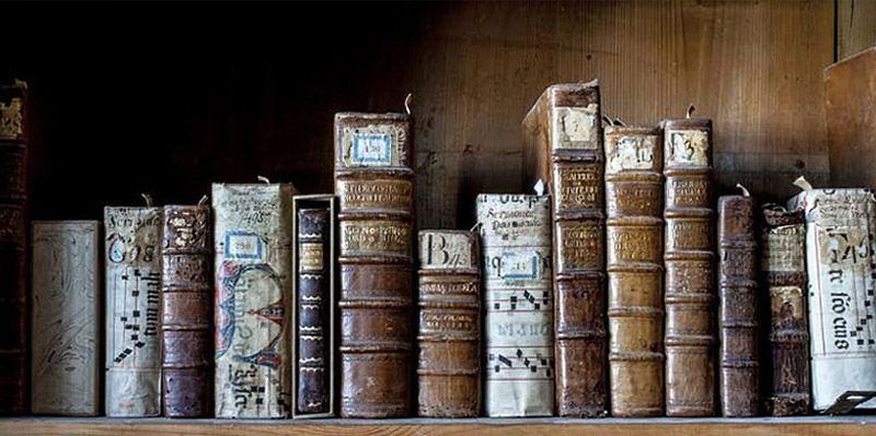Könyvek a Ferences Műemlék Könyvtár polcain