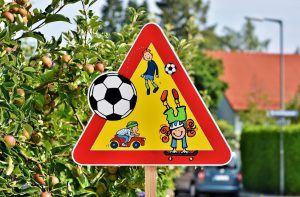 Képzeletbeli közlekedési tábla játszó gyerekekkel