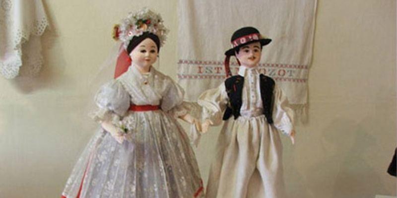 Palóc népviseletbe öltöztetett babák