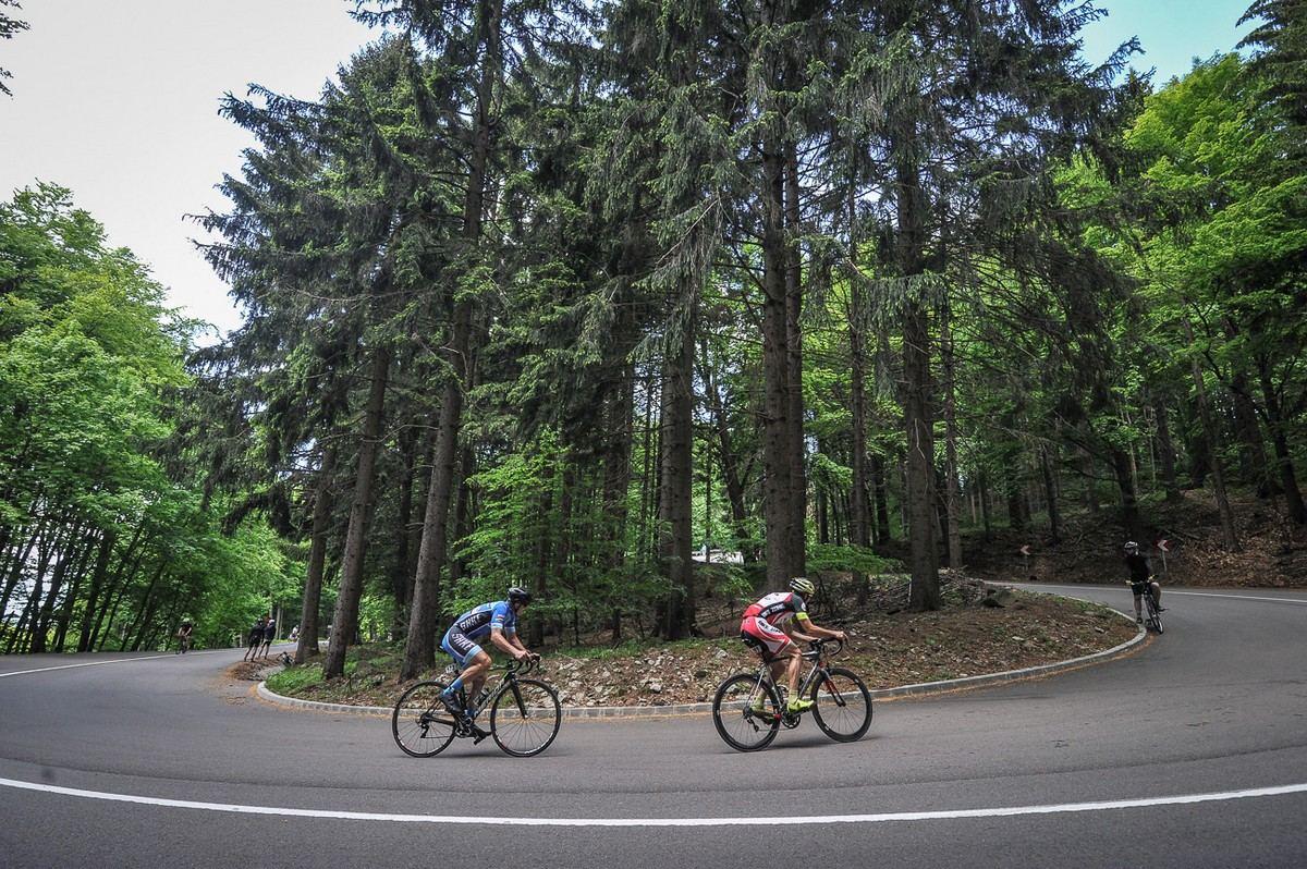 Kerékpárversenyzők a Kékestetőre vezető úton